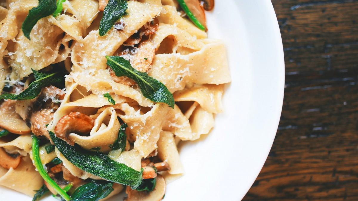 Romige pasta met spekreepjes in een spinazie-boursinsaus