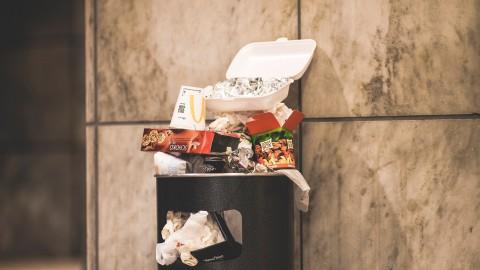 Almeerse afvalvrijwilligers model op nieuwe vuilniswagens