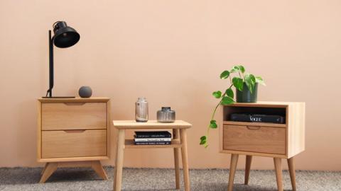 Opgeknapte meubelstukken met Almeers essenhout in nieuw gebouw Aeres