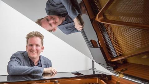 Mark Kirkenier pianist, toetsenist en componist treedt op