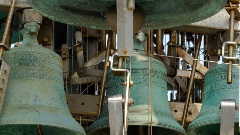 Stadsbeiaardiers spelen verzoeknummers op carillon