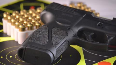 Man heeft doorgeladen vuurwapen op zak