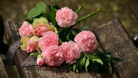 Vrienden Erkamps leggen bloemen bij Markerkant