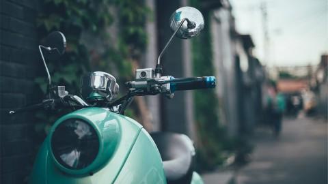 Scooterrijdster aangereden in Landgoederenbuurt