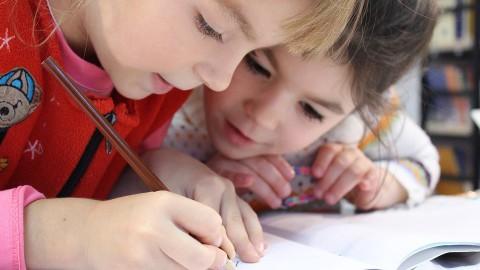 Leerlingen schrijven kaartjes voor asielkinderen