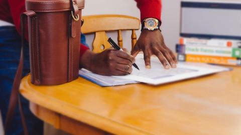 Gemeente stelt ondertekenen prestatiecontract uit
