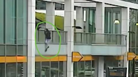 Sprong van dak breekt vluchtende inbreker op