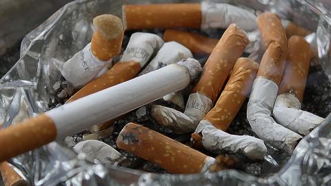 Vader en dochter binden strijd aan tegen sigarettenpeuken op straat