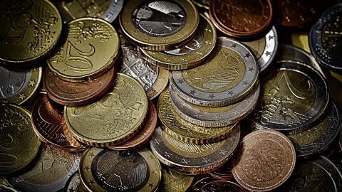 Minister Dekker wil beslagvrije voet voor bankrekening