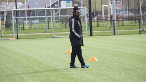 Oud-profvoetballer Darl Douglas neemt Forza Almere bij de hand