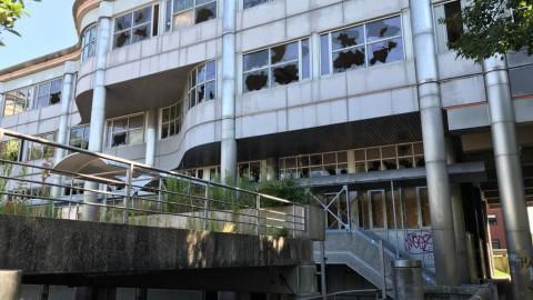 Gemeente wil bouwhekken en bewaking bij leegstaand pand Wisselweg