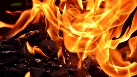 Autobrand slaat over op woning: moeder en kind meegenomen naar ziekenhuis