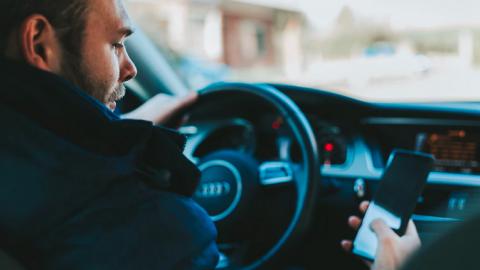 Flink meer boetes voor rijden met telefoon