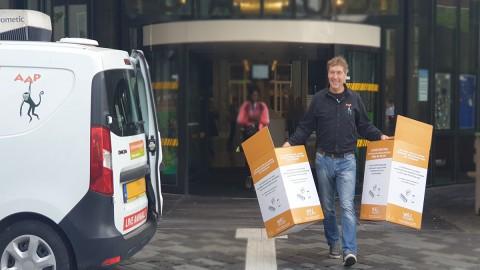 Directeur Stichting AAP overhandigd inzamelingsbox voor ICT-apparatuur aan wethouder Jan Hoek